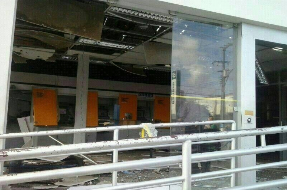 Quadrilha explode Banco do Brasil e sequestra Vigilante