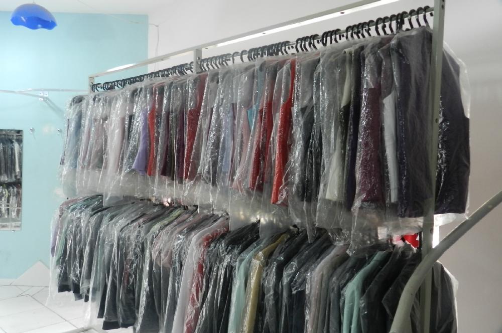 Resultado de imagem para vários ternos em loja
