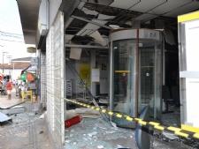 Bandidos destroem agência do BB com explosivos