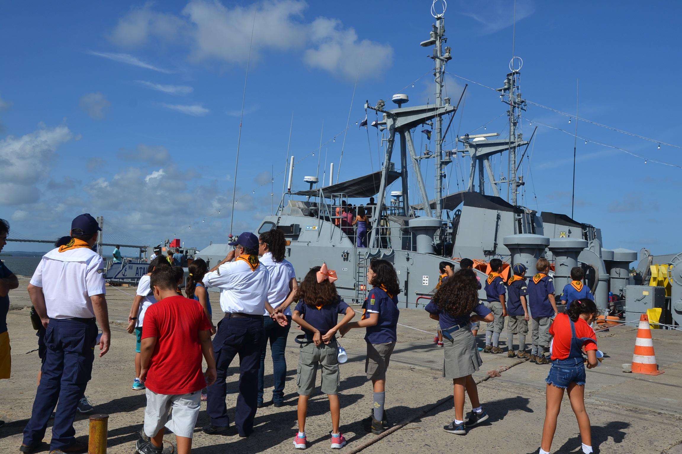 Navios de guerra da Marinha atraem crianças e adultos em Aracaju