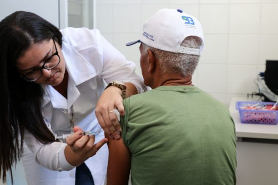 Municípios estão com dificuldades de localizar idosos para vacinar