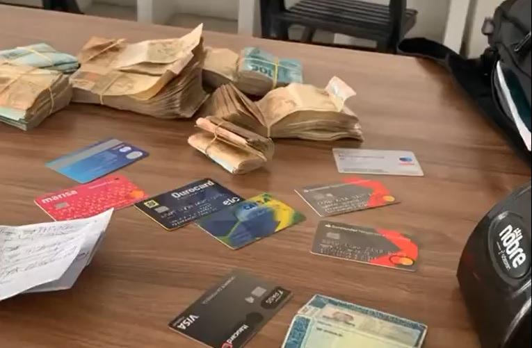 Garçom encontra mochila com R$ 240 mil e devolve ao cliente
